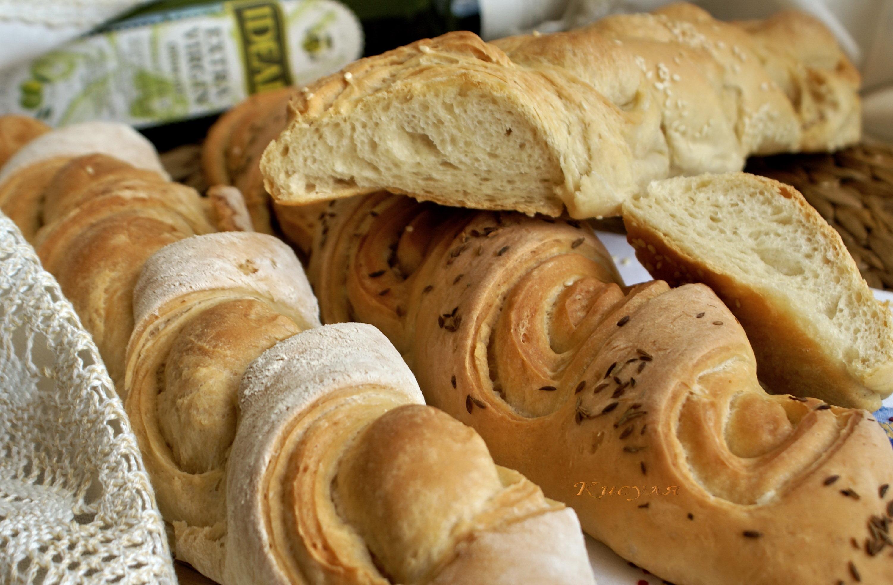 Именно для этого в духовку ставится емкость с водой, а сам хлеб несколько раз сбрызгивается при запекании.