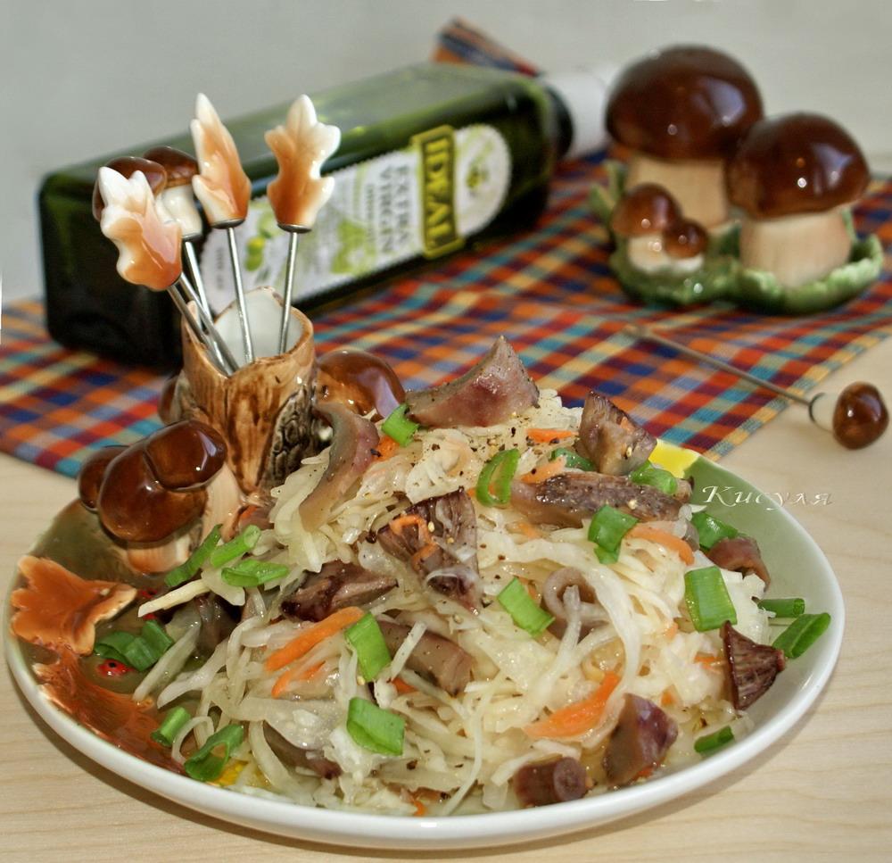 Салат из солёных груздей и квашенной капусты