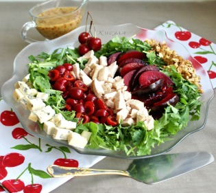 Салат с курицей, сливой и черешней в медово-ореховом соусе
