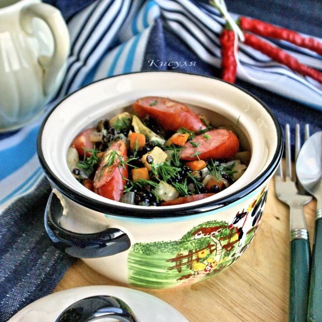 Чечевица белуга с сельдереем и копчёными пряными колбасками.