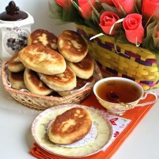 Жаренные картофельные пирожки с капустой, тмином и копчёностями