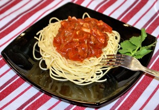 Капеллини в томатном соусе с ветчиной, изюмом и семечками