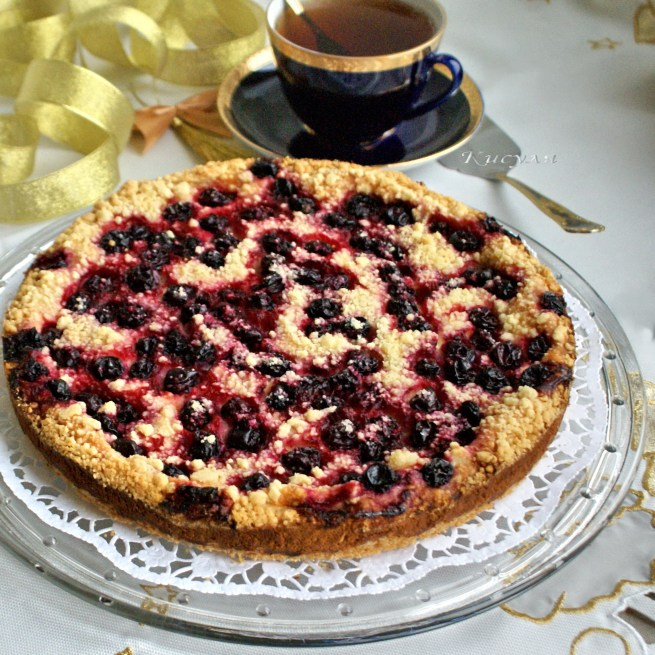 Творожный пирог с чёрной смородиной