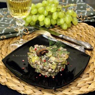 Салат с говядиной, шампиньонами и виноградом