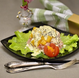 Salad of smoked chicken with mango and poppy seed sauce