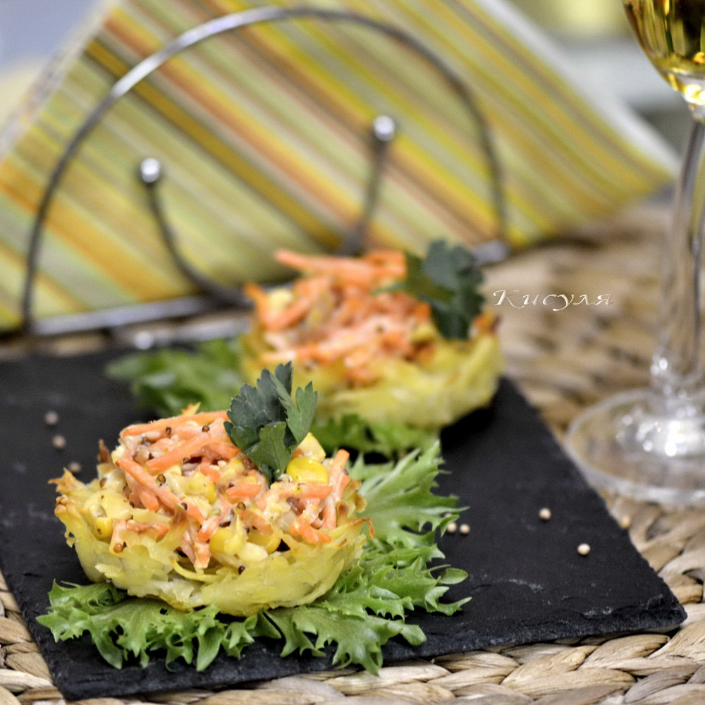Potato tartlets with a spicy salad of smoked chicken